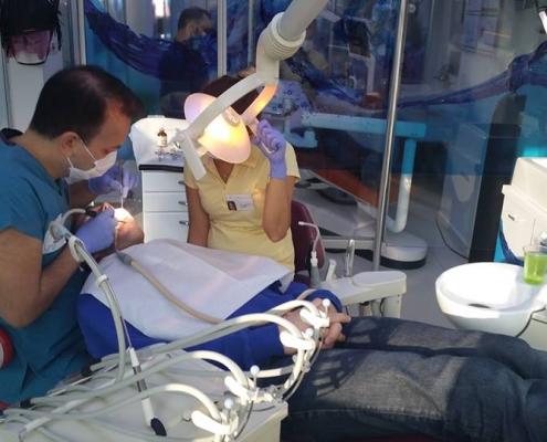 Dr. Halil Dayıoğlu tijdens behandeling - Tandartsreis Turkije
